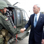 Colin Powell beim Staatsbesuch in Kolumbien | Wikimedia Commons