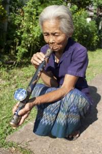 Burmesin mit Opiumpfeife