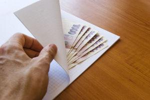 Geldscheine in Umschlag