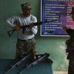Kolumbianischer Soldat Für ehemalige Kindersoldaten sind umfassende Re-Integrationsprogramme besonders wichtig, um ein Leben außerhalb der Kriminalität führen zu können. | Bild (Ausschnitt): © Sgt. Samuel R. Beyers [Public Domain]  - Wikimedia Commons