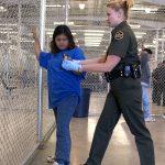 Weibliche Gefangene In Lateinamerika bekommen Frauen oft unverhältnismäßig hohe Haftstrafen.   Bild (Ausschnitt): © Gerald L. Nino, CBP, U.S. Dept. of Homeland Security - Wikimedia Commons