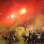 Barras Bravas Tribüne von Barra Amsterdam im Stadion Cenetario in Montevideo. Uruguay | Bild (Ausschnitt): © Jimmy Baikovicius [CC BY-SA 2.0]  - Flickr