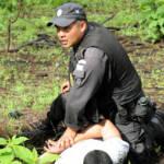 Guatemaltekischer Polizist verhaftet Drogenhändler  Bild (Ausschnitt): © U.S. Army South [CC BY-NC-ND 2.0]  - flickr