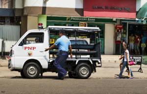 Polizeiauto und Polizist, Philippinen