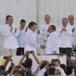 FARC Friedensvertrag Der kolumbianische Präsident Santos und der Ex-Chefkommandant der FARC Londoño bei der Unterzeichnung des historischen Friedensvertrags. | Bild (Ausschnitt): ©  Presidencia El Salvador [CC0 1.0]  - Flickr