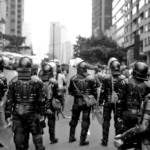 Polizei in Kolumbien Überwachungstechnologien dienen nicht nur der Bekämpfung des Drogenhandels, sondern schikanieren und überwachen nebenbei auch soziale Anführer, Menschenrechtsaktivisten und Mitglieder von NGOs. | Bild (Ausschnitt): ©  Shane Armas Korpisto [CC BY-NC-ND 2.0]  - Flickr