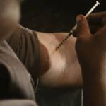 Symbolbild: Heroin-Konsument spritzt sich die gefährliche Substanz | Bild (Ausschnitt): © WBEZ [CC BY-NC 2.0]  - Flickr