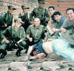 Polizisten posieren über dem Leichnam von Pablo Escobar. Doch auch noch nach dem tod des Drogenbosses kämpft Kolumbien mit dem Drogenhandel | Bild (Ausschnitt): © Andy Zeigert [CC BY 2.0]  - Flickr
