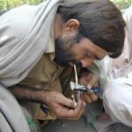 Ein Mann konsumiert Drogen Der Drogenkonsum im Punjab steigt immer weiter an  | Bild (Ausschnitt): © Photo RNW.org [CC BY-ND 2.0]  - Flickr